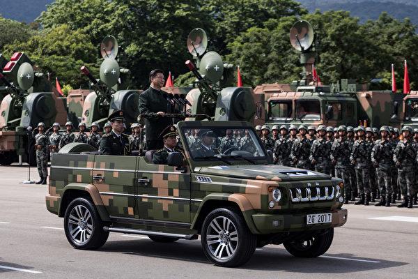 """中共军队中的陆、海、空、火箭军、战略支援部队五大兵种司令员全被指是""""习家军""""。图为习近平今年在香港阅兵。 (DALE DE LA REY/AFP/Getty Images)"""