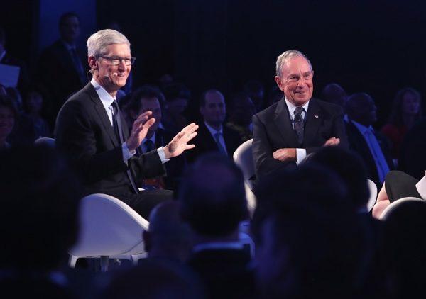 蘋果首席執行官蒂姆·庫克(左),邁克爾·布隆伯格(右)。 (John Moore/Getty Images)