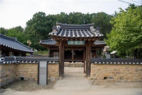 """慕明斋大门上挂着的悬板上""""万东门""""的意思,是指水历经万次曲折最终也向东而流,蕴含了不忘根本之意。(孙荣晙提供)"""