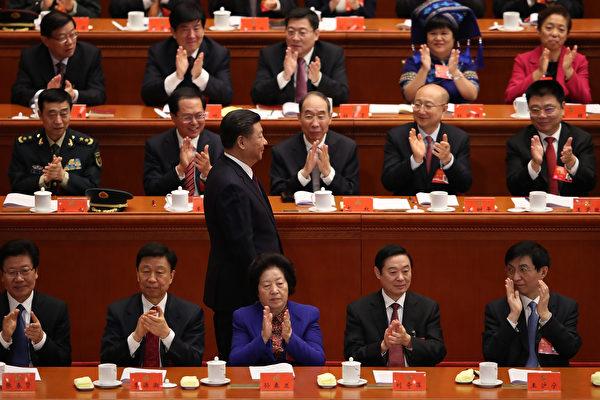 在中共十九大閉幕式上新常委王滬寧(前排右一)。( Lintao Zhang/Getty Images)