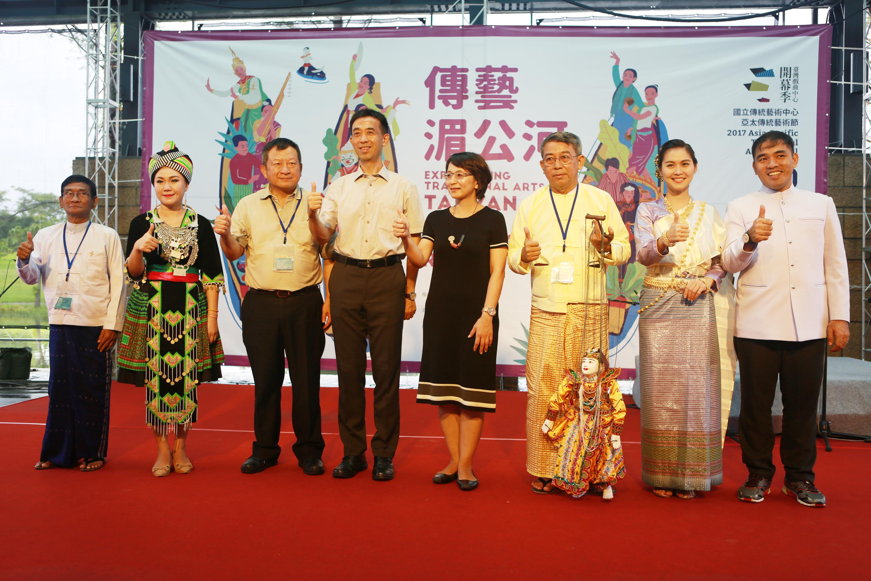 国立传统艺术中心王兰生副主任(左4)、善美的文化艺术基金会副执行长罗欣怡(右4)与寮国传统民俗音乐团代表、泰美好南风艺术团代表、缅甸南达木偶剧团代表。(曾汉东/大纪元)