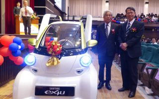 """三阳工业赠送一辆""""ex4U环保电动小车""""给学校,供研究教学用。(赖月贵/大纪元)"""