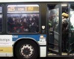 """大都会巴士运营商与相关团体在市捷运大楼前要求MTA推行""""全面登车""""。 (Allison Joyce/Getty Images)"""