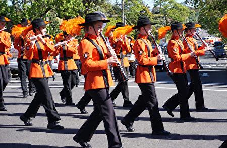 游行队伍由来自当地38个不同团体的成员组成,图为乐队表演。(燕楠/大纪元)