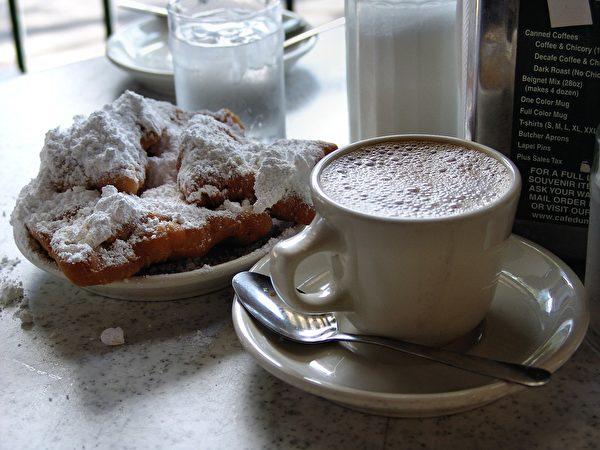 纽奥良法国区内仅此一家的世界咖啡馆(Cafe du Monde),法式甜甜圈和咖啡牛奶值得一尝。(Michael Mayer/CC/Pixabay)