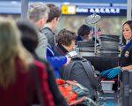 美国交通安全管理局(TSA)已经加强在美国各机场的个人电器的安全检查,要求搭机乘客从包中取出任何大于手机的电子产品,并对这些物品进行扫描。( PAUL J. RICHARDS/AFP/Getty Images)