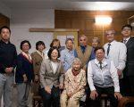 总统蔡英文(前中左)、桃园市长郑文灿(前中右)访百岁人瑞谢林霞妹(中)。(总统府提供)