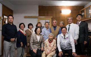 蔡英文希望为百岁人拍纪录片 平镇第一助产士天天喝咖啡