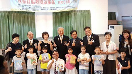 谢汉池总监(右5)、谢荣佳秘书长(左2)与新三才文化协会代表及《大纪元时报》董事长曹慧玲(右2)。与大洲国小学生。(张丽芳/大纪元)
