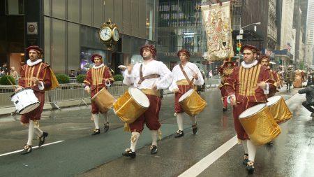 身着意大利十八世纪服装的游行民众。