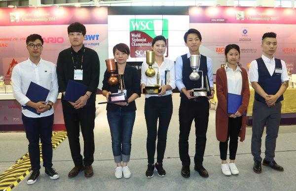 「2017世界盃虹吸咖啡大賽」台灣選手楊衣姍(中)成功奪冠。 (外貿協會提供)