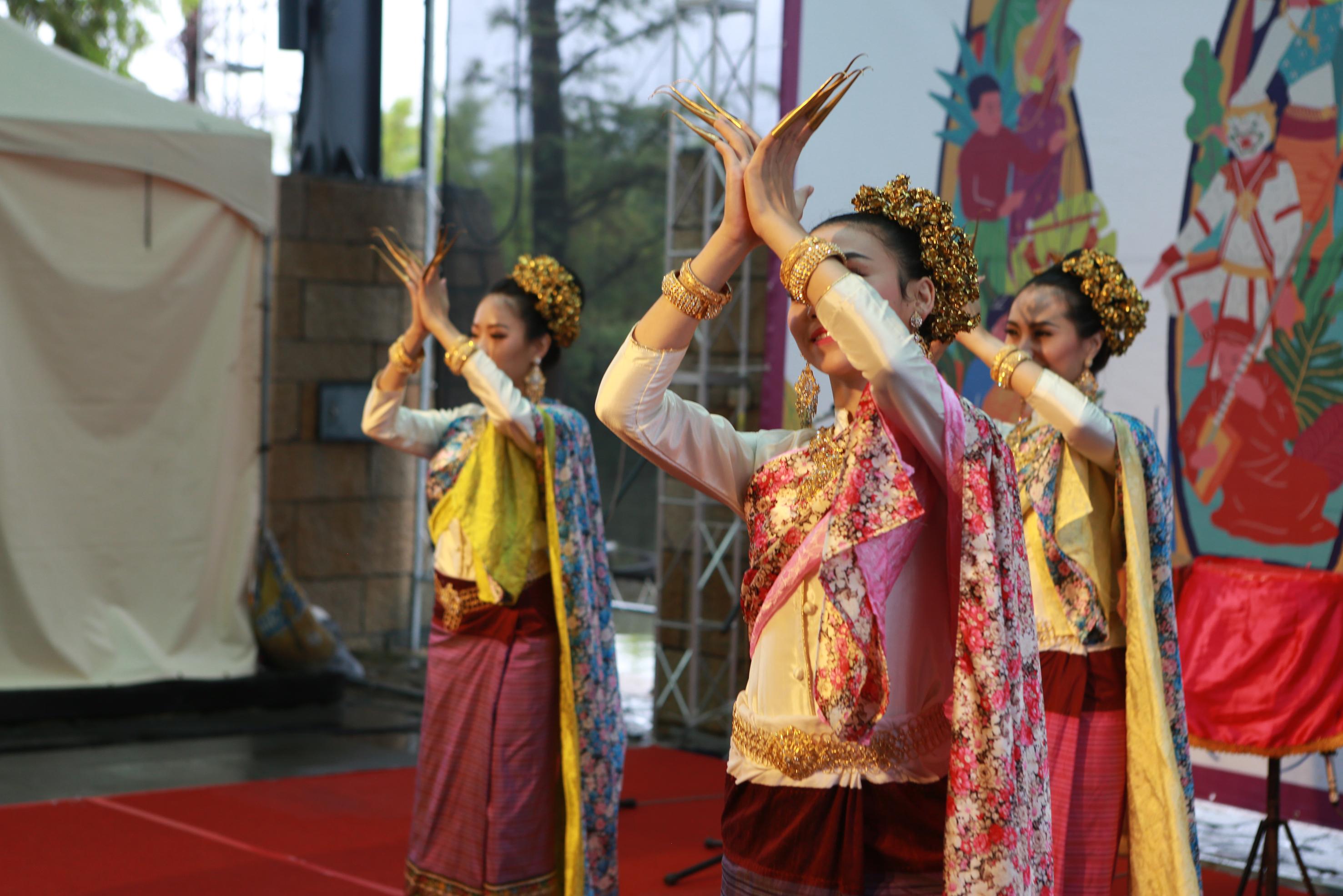 泰国泰美好南风艺术团表演《指甲舞》。(曾汉东/大纪元)