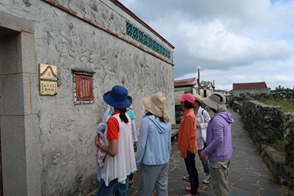 二崁聚落擁有豐富的閩式建築群,都是用珊瑚化石──咾咕石砌成。(徐曼沅/大紀元)
