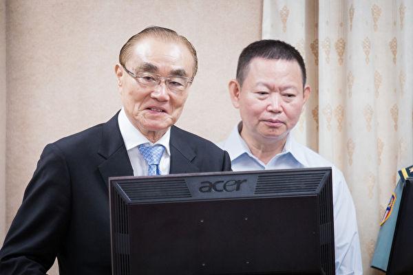 對於台灣有無斬首部隊?國防部長馮世寬(左)表示,「保證我們是有的」。(陳柏州/大紀元)