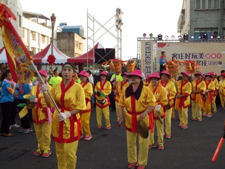 頂厝社區的花鼓隊也加入踩街行列。