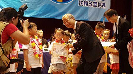 扶轮杯儿童珠、心算比赛颁奖。(国际扶轮3490提供)