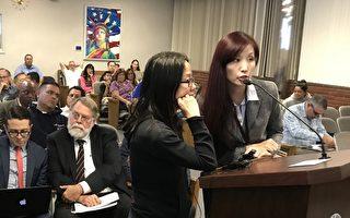 罹患癌症的居民雪梅(左)通过翻译向市议会陈情,反对大麻合法化条例。(刘菲/大纪元)