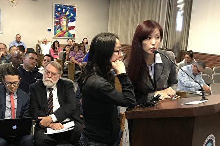 罹患癌症的居民雪梅(左)通過翻譯向市議會陳情,反對大麻合法化條例。(劉菲/大紀元)
