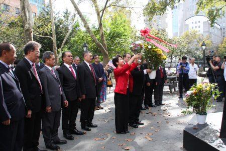 中华公所协同属下侨团代表,与驻纽约台北经济文化办事处和文教中心众官员来到哥伦布公园,向国父孙中山铜像献花。