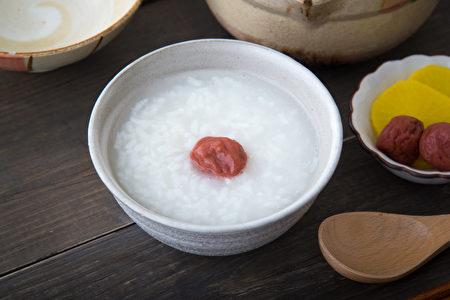 梅子的药用功效广泛而神奇,自古是日本家庭随身携带的救命良药。(iStock.com)