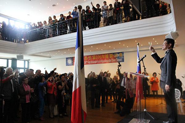 共同举杯庆祝国庆。(驻法国台北代表处提供