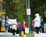 每天早晨,纽约大约有二百多万名孩子搭乘校车到学校学习。 (Mark Wilson/Getty Images)