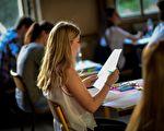 """大学申请周是""""全民入大学""""的其中一个活动,目标是确保在2026年,80%的高中生能顺利毕业,而三分之二毕业生能为入大学做好准备。 (Martin Bureau/Getty Images)"""