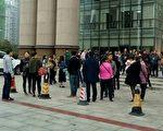10月13日,湖南株洲市天元区200余名业主到区政府前请愿,抗议当地政府在居民密集区域建混炼胶炼胶中心。(业主提供)