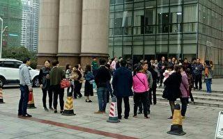 10月13日,湖南株洲市天元區200餘名業主到區政府前請願,抗議當地政府在居民密集區域建混煉膠煉膠中心。(業主提供)