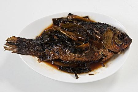 葱烤鲫鱼。(红粟上海经典小吃提供)