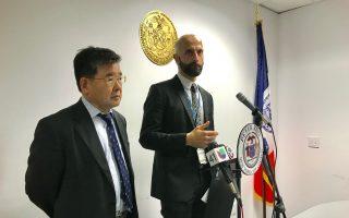 市健康局局長(右)與市議員顧雅明(左)就法拉盛中心區爆發軍團病疫情召開說明會。 (林丹/大紀元)