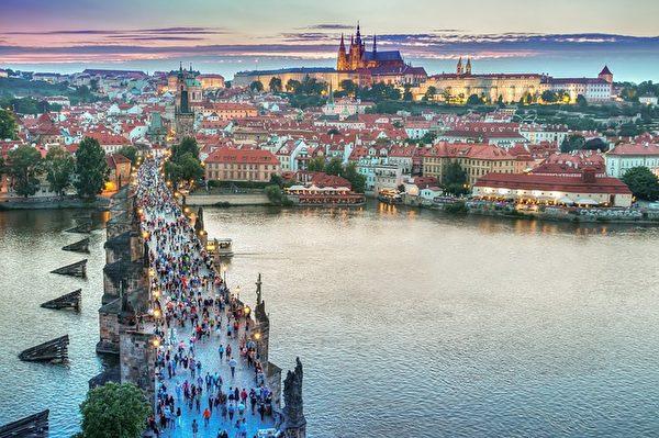 布拉格建築給人整體上的觀感是建築頂部變化特別豐富,並且色彩極為絢麗奪目(紅瓦黃牆),因而擁有「千塔之城」之美稱。(Pexels/CC/Pixabay)