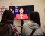 在纽约市移民办公室排队等待的华人。 ( John Moore/Getty Images)