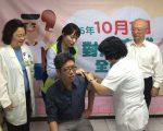 高市新闻局长丁允恭接受流感疫苗接种。 (高市卫生局提供)
