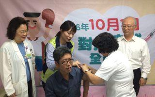 高市新聞局長丁允恭接受流感疫苗接種。 (高市衛生局提供)