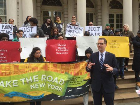 城市青年合作組織30日在市政廳前呼籲通過增加社工及精神健康工作者來解決學校霸凌問題。