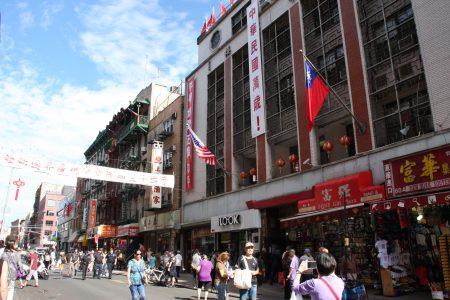 """中华大楼外墙上悬挂著两幅对联,左联为""""民主、自由、人权、法治"""",右联为""""平等、博爱、正义、和平"""",中间是""""中华民国万岁!"""",中华大楼顶上13面青天白日旗迎风飘展。"""