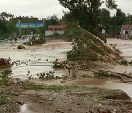 去年7月19日该村发生洪灾时的情景。(村民提供)
