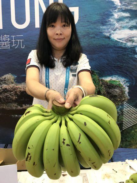有业者举办赠送香蕉的活动,吸引不少民众参加。