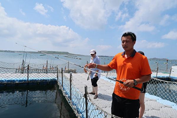 海上牧场的解说员示范海钓。(徐曼沅/大纪元)
