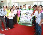 冬山乡长谢灿辉与到场的各村村长、社区理事长及乡民代表。(曾汉东/大纪元)