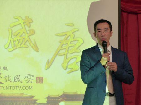 """章天亮博士在法拉盛演讲,表示""""教育的目的是培养人至善的品格""""。"""