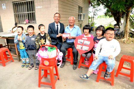 王学海先生与乡长及三星幼儿园学童。(三星乡公所提供)