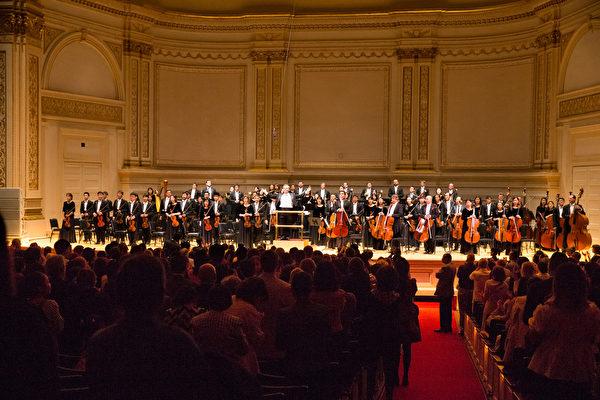 10月15日下午,神韻交響樂團2017巡演來到紐約卡內基大廳(Carnegie Hall)隆重上演。神韻交響樂團演出謝幕,全場觀眾起立鼓掌。(戴兵/大紀元)