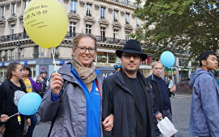 9月30日下午,专门从德国中部来到巴黎的贝蒂娜(Bettina Schwarz)和丈夫一起参加了欧洲法轮功的反迫害游行。(祝兰/大纪元)