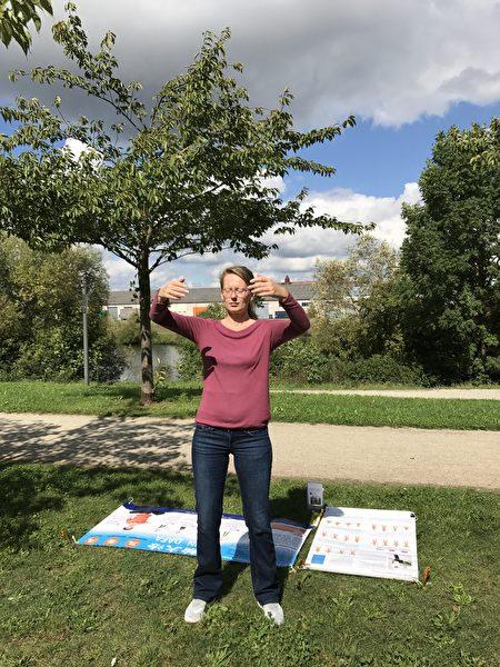 贝蒂娜在公园炼功。(祝兰/大纪元)