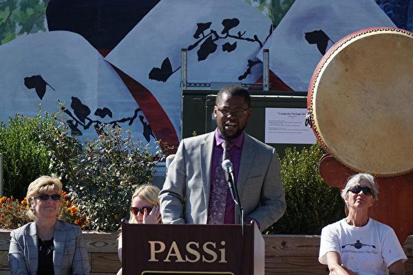费城市议员Cherelle Parker的研究和交流主任Solomon Leach代表参加PASSi壁画揭幕剪彩庆祝(肖捷/大纪元)