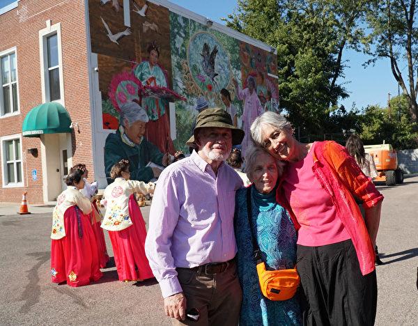 完成该巨幅壁画的艺术家Ann Northrup和丈夫Edward以及94岁、同为壁画家的母亲Margaret(肖捷/大纪元)