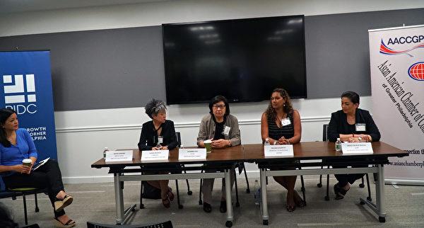 """大费城亚裔商会(AACCGP)举办了首届美籍亚裔妇女""""为所有人创造多元化商业""""论坛。左起:NBC10电视台节目主持DENISE NAKANO和四位演讲人Comcast Operations首席可持续发展官Susan Jin Davis、SuGa 餐馆老板Susanna Foo 、Frontier Technologies 公司主席Reshma Moorthy和AARP宾州多元文化领导部副主任Grace Calvelo Rustia(肖捷/大纪元"""