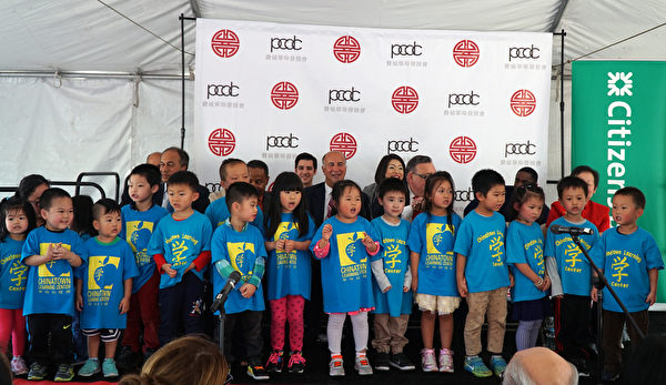 10月6日中午费城中国城东方大厦举办奠基典礼。中国城学习中心儿童合唱团演唱。(肖捷/大纪元)